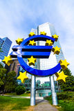 Eurotecken framme av ECB i Frankfurt, Tyskland Arkivfoto