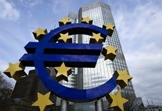 Eurotecken framme av ECBbyggnaden i Fran Arkivbild