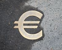 Eurotecken på asfalt Arkivfoto