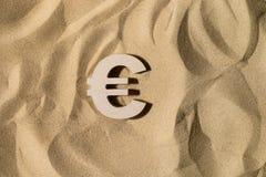 Eurotecken på sanden arkivbild