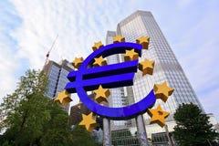 Eurotecken utanför ECB Arkivbild