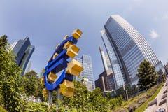 Eurotecknet på ECB förlägger högkvarter i Frankfurt - f.m. - strömförsörjningen Royaltyfri Fotografi