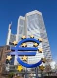 Eurotecknet på ECB förlägger högkvarter i Frankfurt, Tyskland Royaltyfri Fotografi