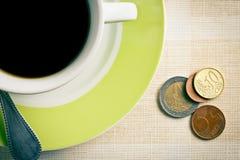 Eurovaluta och kaffekopp Arkivbild