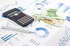 Eurovaluta på grafer, den finansiella planläggningen och kostnad anmäler b Arkivbild