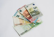 Eurovalutasedlar, räckte över royaltyfri bild