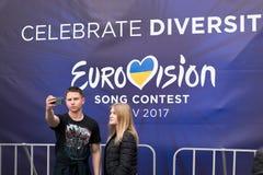 Eurovisie-Dorp De Oekraïne, Kyiv 05 12 2017 redactie Een kerel Stock Foto