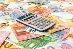 Eurowährung mit einem digitalen Taschenrechner stockfotos
