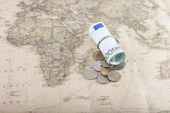 Eurowährung mit russischen Münzen auf einer Karte Lizenzfreies Stockbild