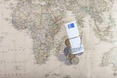 Eurowährung mit russischen Münzen auf einer Karte von der Spitze Lizenzfreies Stockbild