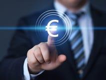 Eurowährungs-Geld-Symbol-Ikonen-Zeichen übergeben Sie den Holdingbleistift, platziert auf grafische Diagramme Lizenzfreie Stockfotografie