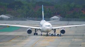 Eurowings航空公司乘客班机由拖曳机器移动 股票视频