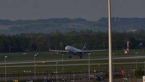 Eurowings Airbus che decolla dall'aeroporto di Monaco di Baviera, MUC