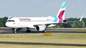 Eurowings Airbus che rulla nell'aeroporto stock footage