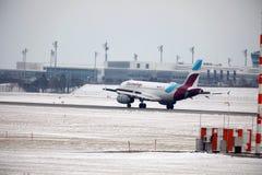 Eurowings Airbus A319-100 D-AGWU aplana aterrado na pista de decolagem Fotos de Stock Royalty Free
