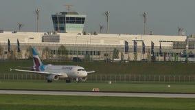 Eurowings Airbus que lleva en taxi en el aeropuerto de Munich, MUC, primavera metrajes