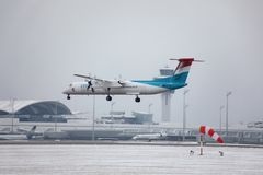 Eurowings landning i den Munich flygplatsen, snö royaltyfri foto