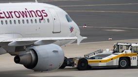 Eurowings-Luchtbus A319 het slepen stock videobeelden