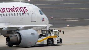 Eurowings-Luchtbus A319 het slepen stock footage