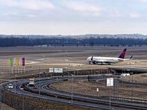 Eurowings samolot opuszcza lotniskowego Monachium zdjęcia royalty free
