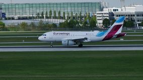 Eurowings surfacent l'atterrissage dans l'aéroport de Munich, MUC banque de vidéos