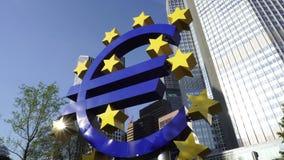 Eurozeichen-Skulptur in Frankfurt, Deutschland stock footage