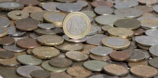 Eurozoneeuro på bakgrund av många gamla mynt royaltyfri bild