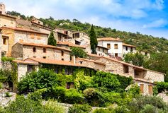 Eus村庄的看法在东比利牛斯省,朗戈多克・鲁西荣 Eus被列出成100个最美丽的村庄之一我 库存照片