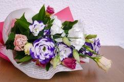 Eustoma en un ramo hermoso con otras flores en la tabla f Foto de archivo libre de regalías
