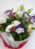 Eustoma en un ramo hermoso con otras flores para el holida Imagenes de archivo