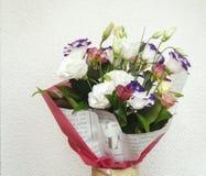 Eustoma en un ramo hermoso con otras flores para el holida Fotos de archivo libres de regalías
