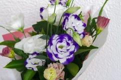 Eustoma en un ramo hermoso con otras flores para el holida Imagen de archivo libre de regalías