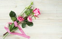 Eustoma et roses sur la surface en bois images stock