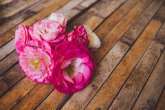 Eustoma som ligger på en lantlig stil för träbräde Fotografering för Bildbyråer