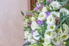 eustomy的白花和紫色德国锥脚形酒杯婚礼花束  免版税库存图片