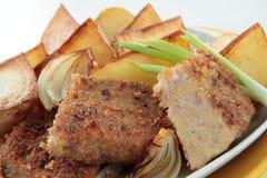 Euter der Kuh, gebraten in den Brotkrumen mit Kartoffeln Lizenzfreie Stockbilder