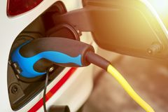 EV ή ηλεκτρική ενέργεια χρέωσης οχημάτων από τη χρέωση του καλωδίου Στοκ φωτογραφία με δικαίωμα ελεύθερης χρήσης