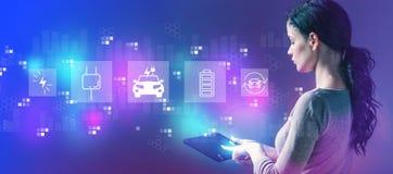 EV с женщиной используя планшет стоковое изображение rf