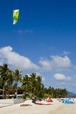 竞争ev风筝准备冲浪的冲浪者 免版税图库摄影