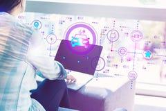 EV med kvinnan som använder bärbara datorn arkivbilder