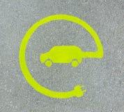 EV - sinal da estação de carregamento do veículo elétrico Sinal do ` do ` E na textura do asfalto fotos de stock royalty free