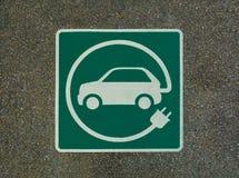 EV - sinal da estação de carregamento do veículo elétrico Sinal do ` do ` E na textura do asfalto fotografia de stock royalty free