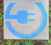 EV - sinal rápido da estação de carregamento do veículo elétrico cercado pelas folhas verdes fotos de stock
