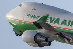 EVA Airways EVA Air Cargo Boeing 747 lastflygplan som tar av från Los Angeles den internationella flygplatsen Royaltyfri Bild