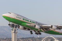 EVA Airways EVA Air Cargo Boeing 747 lastflygplan som tar av från Los Angeles den internationella flygplatsen Royaltyfria Foton