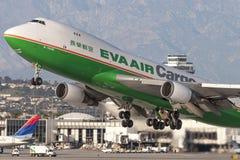 EVA Airways EVA Air Cargo Boeing 747 lastflygplan som tar av från Los Angeles den internationella flygplatsen Arkivfoto
