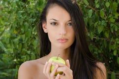 Eva, die Ihnen den falschen Apfel gibt Lizenzfreie Stockbilder