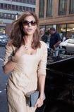 Eva Mendes som ankommer till Calvin Klein Fashion Show i New York royaltyfri fotografi