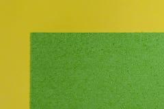 Eva-Schaum apfelgrün auf glattem zitronengelbem Lizenzfreie Stockfotos