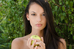 Eva vi che dà la mela sbagliata Immagini Stock Libere da Diritti